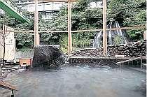 温泉テーマパーク「湯仙峡」から望む七絃の滝