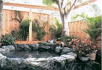 伊豆石を使った大人4名がゆったり入れる貸切露天岩風呂