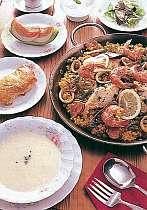 夕食のお料理一例です。当ペンション自慢のパエリヤはいかが??
