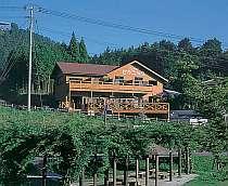 緑に囲まれた小さな木造の宿