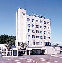ホテル外観6階建て建物前駐車場無料