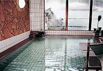 源泉賭け流しの【天然温泉】はほんのり硫黄の香りがする柔らかな湯。