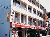 [写真]港から近く平和の群像通りに立つ風情ある旅館