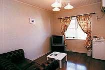 本館客室のリビングルームには大型テレビも