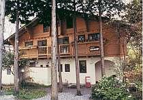 [写真]まわりの木立にとけこむような校倉造の建物