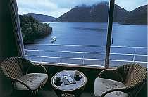新館客室(高層階)から然別湖の美しい景色を眺める。ここから見える景色は自分だけのもの。