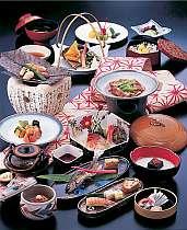 わた屋会席は山深い津和野ならではの山菜や700年の古い歴史から伝わる郷土料理を盛込んだ会席料理