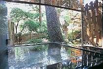 『松風庵』松涛の間(103号室)の露天風呂。当館ならではの上質の温もりをお楽しみ下さい。