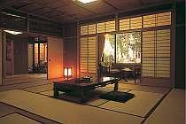 露天風呂付き特別室「宮の間」。ふすまの奥には岩組みの露天風呂。源泉が24時間贅沢に掛け流し。