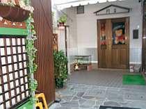 玄関。家庭的な宿