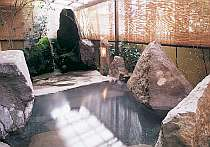 [写真]婦人用庭園風呂。自慢の掛け流し天然温泉
