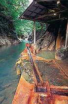 鹿股川が真横を流れる露天風呂。取材多数のお風呂