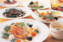 オリーブやハーブが香り豊かな洋食一例