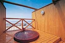 屋上貸切露天風呂(陽光の湯)赤茶色の信楽焼きが印象的!!無料で何度でも利用できる。