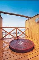 屋上貸切露天風呂(陽光の湯)丸い陶器の浴槽から、空と海を眺めてのんびりと!