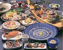 たらふくてんこ盛りプラン料理例:ふぐコース+海鮮料理で盛り沢山/舟盛、タコ、てっさ、鍋は5名盛