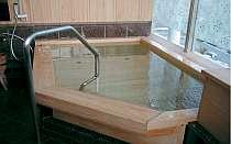 貸切露天風呂『かりんの湯』内湯は檜作り。バリアフリーで要介護者にも。