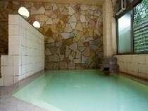 当館自慢の源泉100%かけ流し温泉。長旅の疲れもとれると大好評です。(男性大浴場)