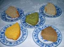 朝食は手作りシフォンケーキです。コマツナ、カボチャ、モカ、リンゴなど季節の野菜やフルーツ入り