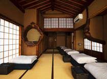 【1階寝室】宿のお布団は全て職人さんの手作り綿布団です。