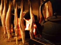 囲炉裏でパチパチ、魚焼き。