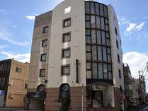 HOTEL WEST外観です。円筒状の建物がおしゃれです。