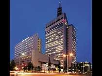 外観(夜):仙台のランドマークSS30ビルと同一敷地内に建っています。(手前が当ホテルです)