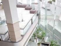 高さ13mの東洋一の長さを誇る一枚ガラスに囲まれた 明るく開放的なロビー
