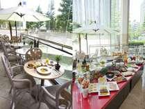 【朝食】高さ13mの東洋一の長さを誇る一枚ガラスから朝日が差し込むテラス席
