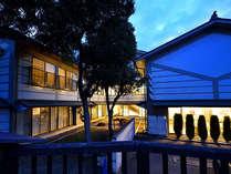 ■ホテル外観(夜) 明かりが優しく灯る当館の外観。ご来館された皆様を優しく歓迎いたします。