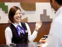 フロントスタッフ笑顔で皆様をお迎え致します!