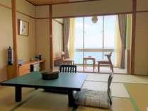 【部屋】ゆったり和室。広がる海を眺めることができる落ち着いた雰囲気のお部屋です。