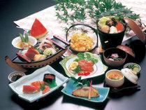 *【ご夕食一例】新鮮な地魚や野菜などふんだんに盛り込んだ会席料理をご用意いたします。