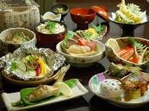 真ん中のグレード「季節の会席」の一例。揚げそば、ご飯もの(いろいろ)付き