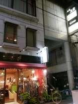 【外観】1Fはアジアンレストランとカフェです。
