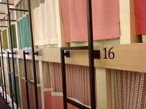 カラフルなカーテンで仕切られたベッドルーム。1ベッドごとに配色されています。