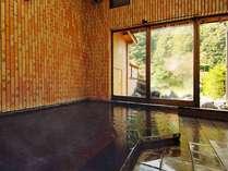 新平湯温泉が溢れる内湯。露天風呂とともに24時間ご利用いただけます