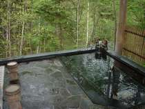 露天風呂は漢方の湯。檜の香りのなか、のんびりつかれば時がたつのも忘れます。(24時間、貸し切り可)