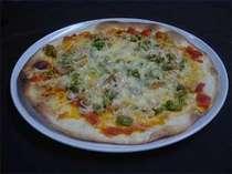 春の香野菜と燻製の自家製ピザ