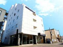 【ホテル外観】JR千歳駅から徒歩で約10分の距離にございます。
