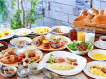 【朝食バイキング】目の前で焼くオムレツ、ダシからとった味噌汁の他、浜松産食材を使った料理が並びます。