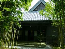 TVで多数紹介され有名人も訪れる全8棟の温泉露天風呂付き離れの宿。