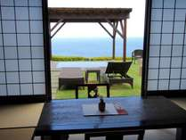 離れの客室からは大海原と大島を眼前に望めます。