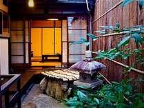 居間からは四季の移ろいを楽しめる中庭が臨めます