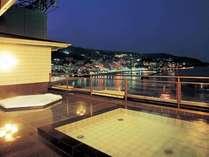 熱海の海を一望できる露天風呂です。夜景も格別☆(現在、写真左のジャグジーは営業しておりません)