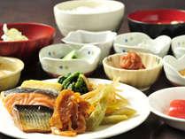 【朝食バイキング】 焼き魚などご飯にあうおかずがたくさん♪