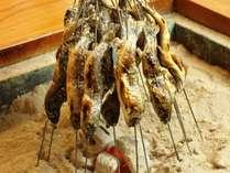 自慢の川魚は囲炉裏で香ばしく焼いて食べられます!
