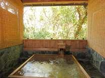 森林浴が楽しめる貸切露天風呂は大人2人が足を伸ばしてもゆうゆう