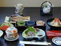 朝食は、鯵のたたき、姉妹店八郎丸の100%天日干しの脂ののった干物などボリュウム満点の画像