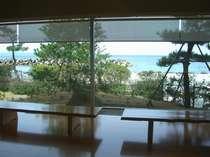 「渚のサロン」から望む海景色。その表情は四季折々に様々に変わります。